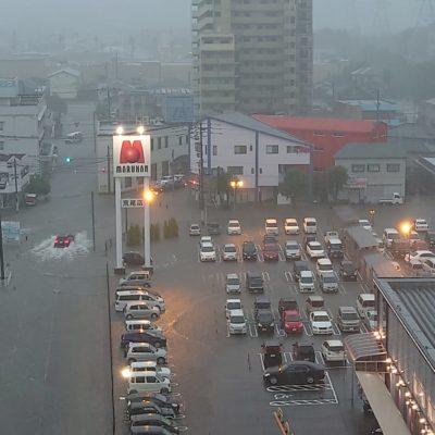 大雨の熊本にあるマルハン、元気に営業中!