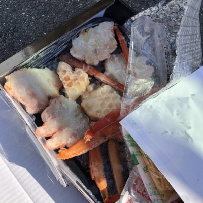 【遂に現る】パチ屋の駐車場は色んなゴミが捨てられてるけど、冷凍の蟹があったwww