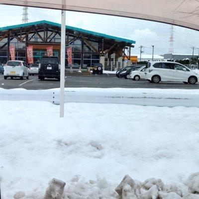 【札束ビンタ】冬のパチ屋はいくら雪が降っても速攻で除雪されるのなwww
