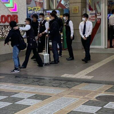 【大阪】パチ屋の前でガチ喧嘩してて草