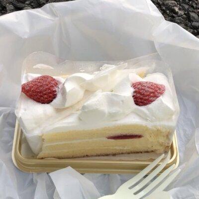 【悲報】早朝、パチ屋に並びながら1人で誕生日ケーキを食べてますwww